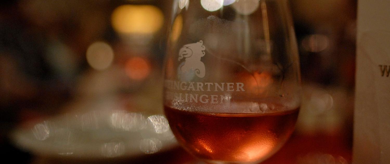 Programm Impression Weinglas - ERNA RUSTIKAL – Mundartkabarett mit Weinprobe