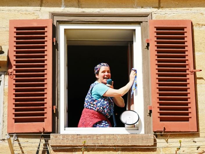 Kaberettistin Erna Optimal putzt Fenster